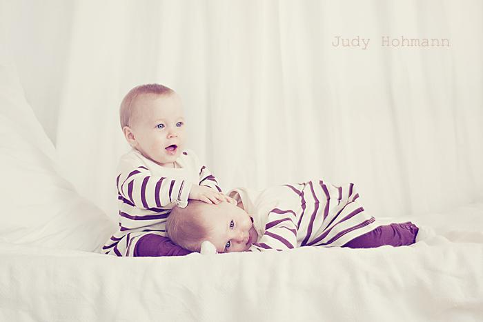 Baby crossing ;-)  Geschwisterfotos mit Zwillingen  Judy Hohmann's Blog