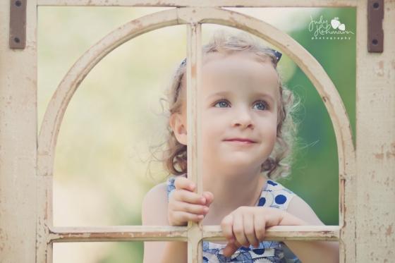 Kind_Fenster_Kinderfotografie