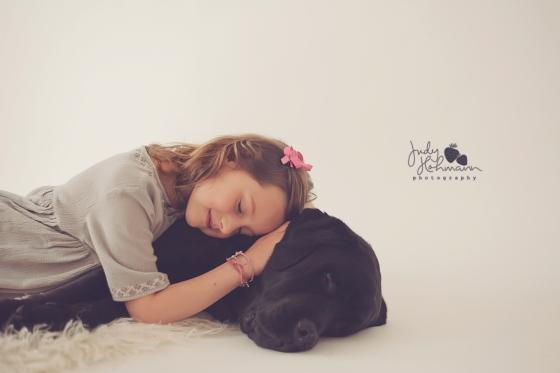 Kind_mit_Hund_liebevoll