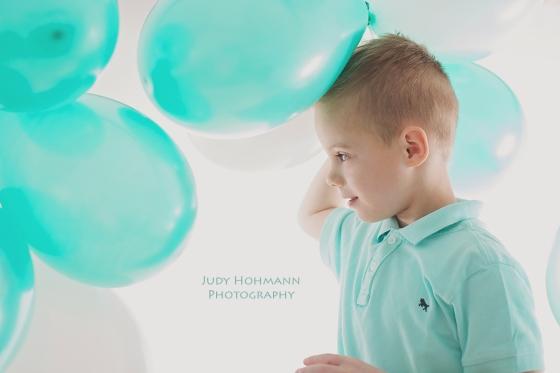 Junge_mit_Luftballons_Fotograf